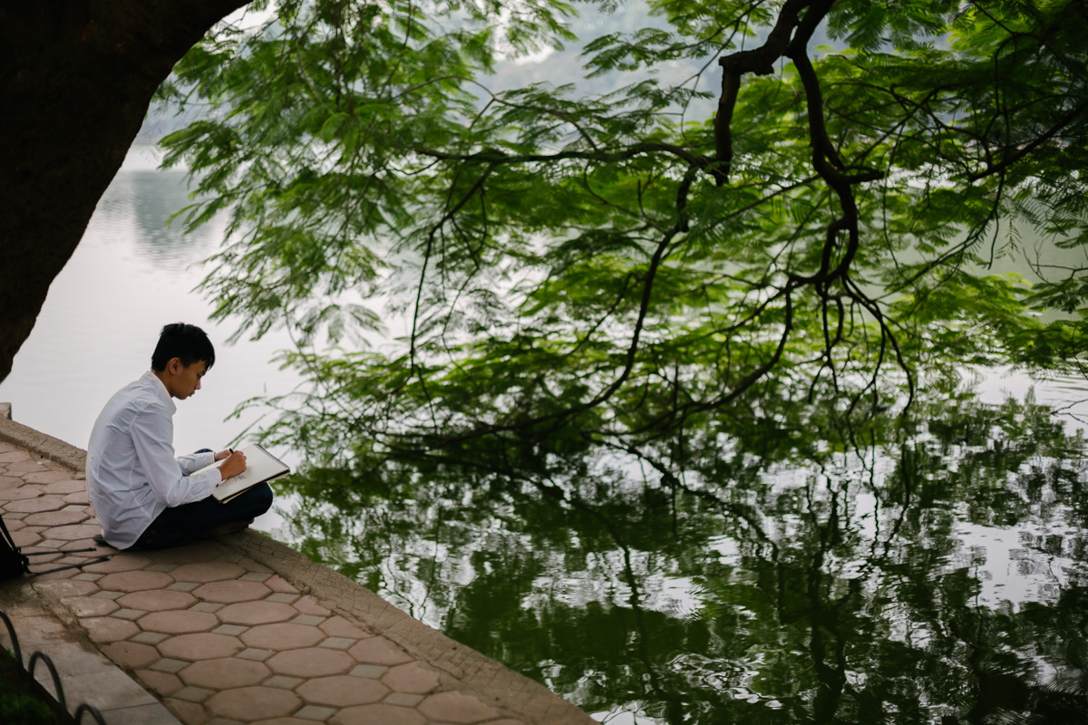 Student draws at Hoan Kiem lake side